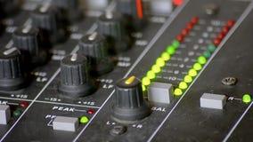 Digitale VU meters in een mixerlijst stock videobeelden