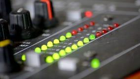 Digitale VU meters in een mixerlijst stock footage