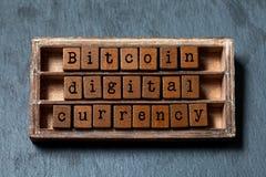Digitale Währung Bitcoin und virtuelles Schlüsselgeldkonzept Weinlesekasten, hölzerne Würfelphrase mit im altem Stil Buchstaben g Stockbild