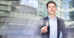 Digitaler Monitor und mit Berührungseingabe Bildschirm der männlichen Prüfung Lizenzfreies Stockfoto