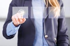 Digitaler Monitor und mit Berührungseingabe Bildschirm der weiblichen Prüfung Lizenzfreie Stockfotos