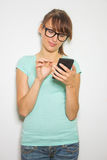 Digitaler Taschenrechner des Griffs der jungen Frau. Weiblicher lächelnder Modell lokalisierter weißer Hintergrund Lizenzfreies Stockfoto
