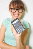 Digitaler Taschenrechner des Griffs der jungen Frau. Weiblicher lächelnder Modell lokalisierter weißer Hintergrund Stockfotos
