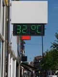 Digitaler Thermometer der Stra?e, der eine Temperatur von 32 Grad Celsius anzeigt Hitzewellekonzept lizenzfreie stockbilder
