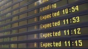 Digitales Brett des Zeitplanes an einem Flughafen stock footage