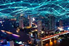 digitales Hologramm des Netzes 5G und Internet von Sachen auf Stadt backg lizenzfreies stockfoto