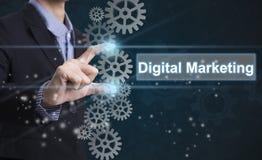 Digitales Marketing der Geschäftsmannhandausgewählten Benennung lizenzfreie stockfotografie