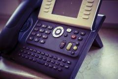 Digitales Schwarzweiss-Telefon auf dem Bürotisch lizenzfreie stockfotos