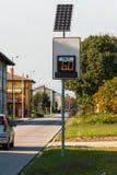 Digitales Zeichen der Höchstgeschwindigkeit angetrieben durch Solarenergie stockbild