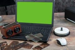 Digitalisering av gammalt fotografi på exponeringsglasplattan med bärbara datorn, grön skärm royaltyfria bilder