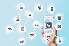 Digitalisering en mobiliteitsconcept illustreerde met de hand het houden van moderne slimme telefoon stock afbeelding