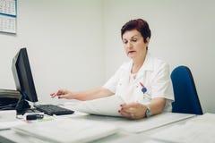 Digitalizzazione delle cartelle sanitarie per il migliore trattamento Fotografie Stock Libere da Diritti