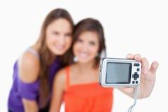 Digitalkamera angehalten von einer Jugendlichen Lizenzfreie Stockbilder