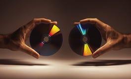 Digitalschallplatten in den Händen Stockfoto