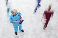 digitalt använda för doktorstablet arkivfoto