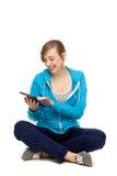 digitalt använda för kvinnligtablettonåring royaltyfria bilder
