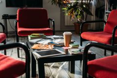 digitalt apparater, anteckningsböcker och kaffe på tabellen royaltyfri bild