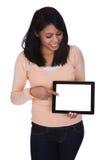 digitalt barn för holdingtabletkvinna Fotografering för Bildbyråer