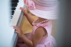 Digitalt piano för flickalek royaltyfri fotografi