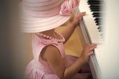 Digitalt piano för flickalek arkivbild