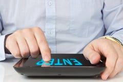 digitalt trycka på för tablet för handPCskärm Arkivfoton