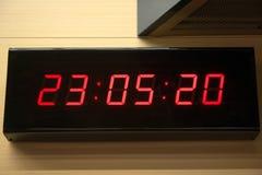 Digitaluhr auf der Wand stockbilder