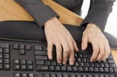 Digitando su una tastiera immagini stock
