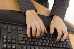 Digitando su una tastiera fotografia stock libera da diritti