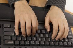 Digitando su una tastiera immagine stock libera da diritti