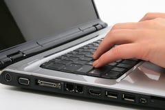 Digitando sul computer portatile Fotografia Stock