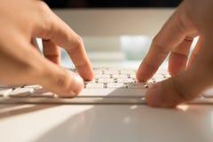 Digitando sulla tastiera Immagini Stock