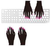 Digitando sulla tastiera e sul mouse Fotografia Stock