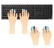 Digitando sulla tastiera e sul mouse Fotografie Stock Libere da Diritti