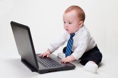 Digitare del bambino di affari Fotografia Stock