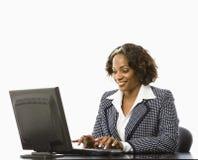 Digitare della donna di affari. Immagine Stock
