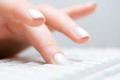 Digitare femminile della mano. Fotografia Stock Libera da Diritti