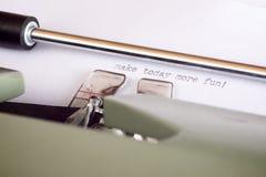 Digitare una frase su documento con una macchina da scrivere Immagini Stock