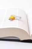 Digitas contra o papel (opinião de ângulo aberta do dicionário) Imagem de Stock Royalty Free