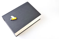Digitas contra o papel (opinião superior do dicionário) Fotos de Stock Royalty Free