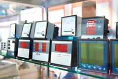Digitas e dispositivos análogos para medir a eletricidade imagens de stock