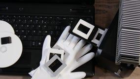 Digitizing starego 35mm ekranowego obruszenie z laptopem zbiory wideo