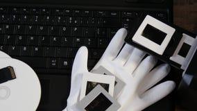 Digitizing starego 35mm ekranowego obruszenie z laptopem zbiory