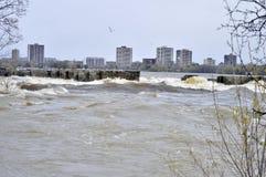 Digiuna l'acqua corrente alle rapide di Deschenes in Gatineau, Otawa Immagine Stock