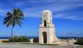 Digno de torre de reloj de la avenida en Palm Beach, la Florida Foto de archivo