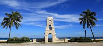 Digno de torre de reloj de la avenida en Palm Beach, la Florida Imagen de archivo libre de regalías