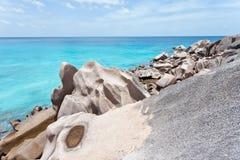 digue形成花岗岩la岩石塞舌尔群岛 免版税库存图片