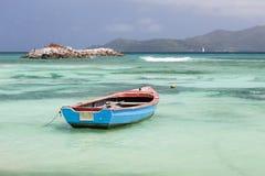 Шлюпка в лагуне, Ла Digue, Сейшельских островах Стоковые Изображения