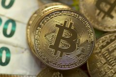 Dijital χρυσό Bitcoin στο υπόβαθρο ευρώ Στοκ Εικόνα