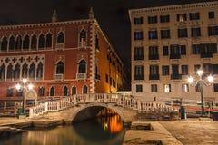 Dijk aan de brug dichtbij Paleis van de doges en palazzo delle Prigioni bij nacht Venetië, Italië royalty-vrije stock foto's