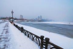 Dijk bij het Obolon-district in Kyiv, de Oekraïne Een gevaarlijke hobby - de winter visserij stock foto